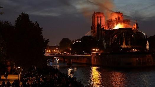 Cảnh tan hoang của Nhà thờ Đức Bà Paris nhìn từ trên cao