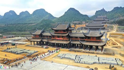 Những ý kiến trái chiều xung quanh việc xây chùa  to, tượng lớn