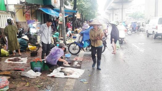 """Vì sao khó dẹp """"chợ cóc"""" ở Hà Nội?"""