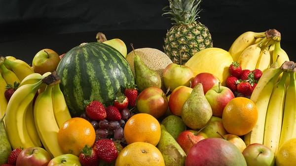 Tận dụng vỏ trái cây bỏ đi làm nước rửa chén đĩa, lau nhà