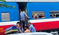 Hà Nội: Tàu hỏa va xe máy đi ngang đường dân sinh