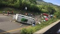 Xe buýt chở đội bóng rổ bị lật, ít nhất 13 người thiệt mạng