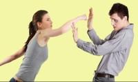 Ra tòa ly hôn vẫn lấm lét sợ... bị vợ đánh