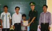Anh bộ đội trẻ nâng bước học sinh nghèo đến trường