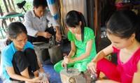 """Đồng bằng sông Cửu Long: Những làng nghề """"tựa mình"""" theo lũ"""