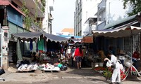 Vụ họp chợ tự phát giữa đường dân sinh: Phường nói một đường làm một nẻo