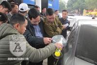 Petrolimex được 'giải oan', khách hàng công nhận bình xăng ôtô 70l 'ních' được 81,9l