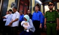 """""""Trợ thủ"""" của đại gia Sáu Phấn bị tăng án phạt do đem con nhỏ đến tòa"""