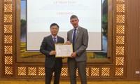 Bộ trưởng Lê Thành Long trao Kỷ niệm chương cho Đại sứ Vương quốc Anh và Bắc Ireland