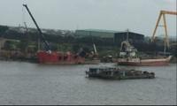 Phá dỡ tàu cũ trái phép ngay tại bãi bồi ngoài đê Văn Úc