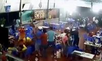 Nhóm thanh niên chém người loạn xạ trong quán ăn