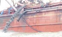 Lấy mẫu nước phân tích bùn đất từ tàu lạ đổ xả ra biển