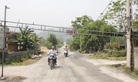 """Dân lập """"barie"""" chặn xe chở đá vì đường xuống cấp nghiêm trọng"""