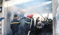 Ngọn lửa thiêu rụi ba ki ốt và một xe ô tô ở chợ