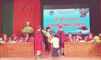 Xôn xao màn cầu hôn của thầy giáo với nữ sinh viên trên sân khấu trao bằng tốt nghiệp