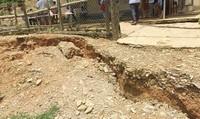 Hoang mang vết nứt lạ dài 800m đe dọa 2 điểm trường học