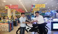 Khách hàng hào hứng mua trả góp không lãi suất để trúng thưởng xe máy