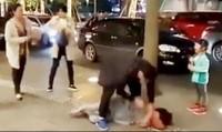 Chồng đánh vợ giữa phố trước mặt con nhỏ