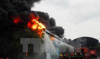 Cháy dữ dội Công ty nệm nổi tiếng, khói đen cao hàng trăm mét