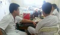 4 bác sĩ, điều dưỡng BV Đa khoa TP.Hòa Bình nhậu mực bia trong giờ làm