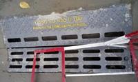 Lắp hàng trăm nắp cống ngăn mùi trên đường TP HCM