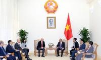 Thủ tướng chia sẻ với Chủ tịch FIFA tình yêu bóng đá và sự đoàn kết của người Việt