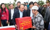 Thủ tướng Nguyễn Xuân Phúc ra tận đồng động viên bà con nông dân