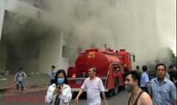 Hai cảnh sát phải cấp cứu khi chung cư Carina phát cháy trở lại
