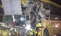 Ô tô khách biển Hà Nội tông xe container, 2 người chết, 14 người bị thương