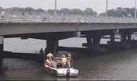 Người đàn ông ôm cháu bé lao xuống sông Hương tự tử