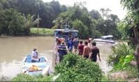 Lật sà lan, cả gia đình rơi xuống sông, 2 người chết, 1 người mất tích