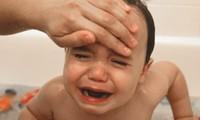Hướng dẫn cách xử trí khi trẻ sốt cao mùa lạnh của điều dưỡng Viện Nhi