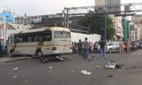 Tránh xe máy, xe khách gây tai nạn liên tiếp, 5 người trọng thương