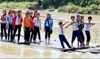 """""""Hà bá"""" rình rập hàng trăm học sinh phải kéo bè bơi sông đi học mỗi ngày"""