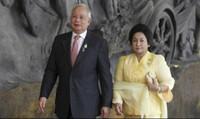Cựu thủ tướng bị cáo buộc 'thụt két' quỹ công và bà vợ 'ăn chơi'