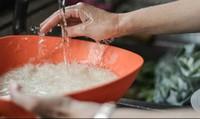 Bí quyết vo gạo cho 1 thìa gia vị này vào cơm đậm đà, lâu thiu