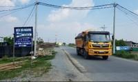 """Hà Nội: Các tuyến đê """"oằn mình"""" chống đỡ xe quá tải"""