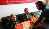 Trao huy hiệu 70 năm tuổi Đảng cho một lão thành cách mạng ở Hà Nội