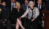 """Mẹ Thượng nghị sỹ John McCain – gần 100 tuổi vẫn lái xe """"đi phượt"""""""