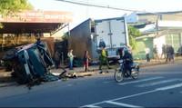 Thai phụ văng từ cabin ra đường sau va chạm xe tải với xe đông lạnh