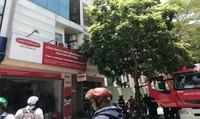 Cháy nhà cao tầng, nhân viên công ty bảo hiểm hoảng loạn tháo chạy