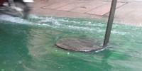 Hà Nội: Mưa lớn khiến nhiều tuyến phố thành sông, xuất hiện màu xanh kỳ lạ