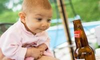 Cho trẻ nhấp thử bia, rượu: Hệ lụy nguy hiểm từ thói quen của người lớn