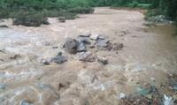 Đưa thi thể cán bộ trại giam Quảng Ninh bị lũ cuốn lên bờ