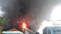 TP. Hồ Chí Minh: Cháy lớn thiêu rụi 3 kho thành phẩm của một công ty nệm