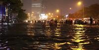 Mưa lớn, Sài Gòn chìm trong biển nước, giao thông ách tắc