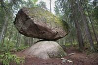 """Thêm một tảng đá kỳ lạ nằm chênh vênh """"thách thức"""" quy luật của tạo hóa"""
