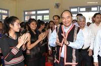 Thủ tướng chung vui ngày hội đến trường với học sinh dân tộc Tây Nguyên