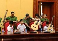 Bộ trưởng Tô Lâm tặng đàn guitar cho học sinh khiếm thị