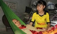 Nghẹn lòng nữ sinh trường Y phải bỏ học chăm mẹ bệnh tật